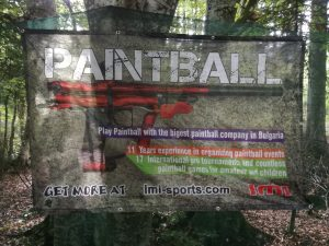 Paintball плакат на оградата на площадката за игра