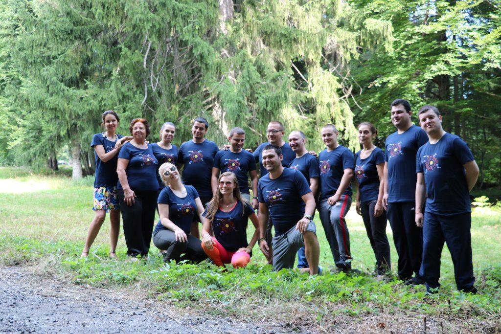 Снимка на целият екип, преди играта, сред природата.
