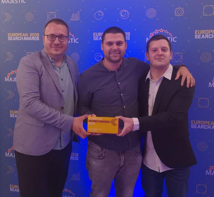 Борислав Арапчев, Никола Минков и Дидо Григоров със наградата си на European Search Awards 2019