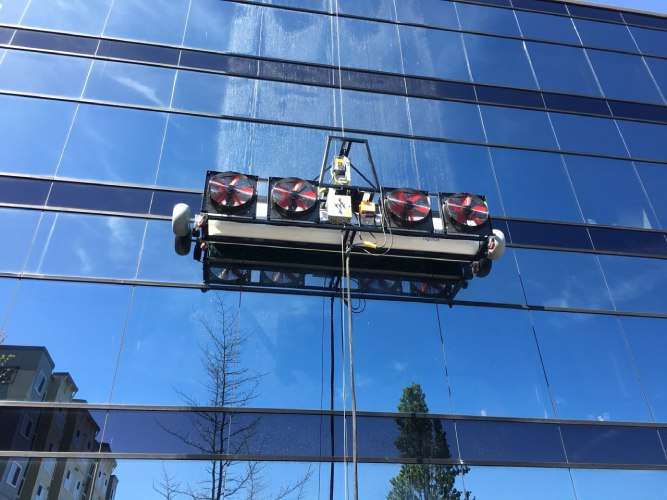 SkySWC използва self-climbing HighRise™ window cleaning system
