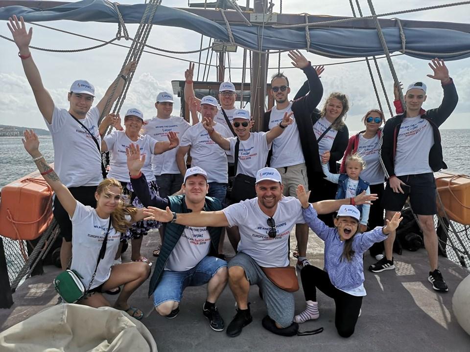 На другият ден ни очакваше друга приятна изненада - разходка с пиратско корабче, което тръгва от Марина Диневи и обикаля залива около Свети Влас.