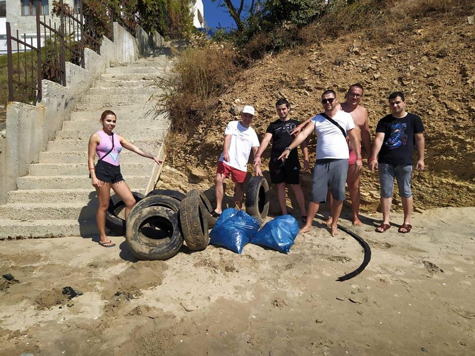 За да дадем добър пример и да покажем как трябва да поддържаме природата и България като цяло, обиколихме плажа и събрахме доста материал.
